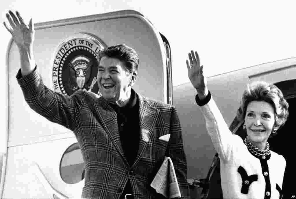 លោក Ronald Reagan និងលោកស្រី Nancy Reagan លើកដៃលាដំណើរពីយន្តហោះ Air Force One មុននឹងចាកចេញពីអាកាសយានដ្ឋានអន្តរជាតិ Los Angeles នៅទីក្រុង Los Angeles រដ្ឋកាលីហ្វ័រញ៉ា កាលពីថ្ងៃទី២៩ ខែធ្នូ ឆ្នាំ១៩៨៤។
