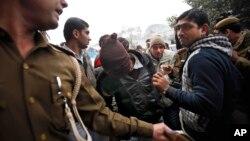 Cảnh sát áp tải một nghi can trong băng nhóm đã cưỡng hiếp tập thể một du khách người Ðan Mạch ở New Delhi, ngày 16/1/2014.