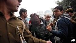 인도 경찰이 16일 뉴델리에서 50대 덴마크 여성 관광객을 집단 성폭행한 사건의 용의자 한 명을 연행하고 있다.