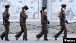Tentara perempuan Korea Utara berpatroli di wilayah sungai Yalu dekat kota Sinuiju, seberang kota perbatasan Dandong di China (11/4). AS dan Rusia mendesak Korea Utara untuk tidak meningkatkan ketegangan di semenanjung Korea (13/4).