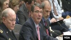 在美國眾議院軍委會上作證的美國國防部長阿什頓‧卡特(中) 和美軍參謀長聯席會議主席鄧普西上將(左)