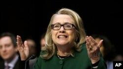 Hillary Clinton (saat itu masih menjabat sebagai Menlu AS), menjawab pertanyaan Komite Hubungan Luar Negeri Senat AS di Gedung Capitol, 23 Januari 2014, terkait serangan di kantor diplomat AS di Benghazi, Libya (Foto: dok).