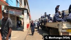 La police zimbabwéenne dans les rues de Harare, le 16 septembre 2018.
