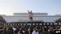Hàng trăm người Bắc Triều Tiên tụ tập khóc thương ông Kim Jong Il dưới chân pho tượng khổng lồ của cha ông, Kim Il Sung, ở Bình Nhưỡng, Bắc Triều Tiên, Thứ Hai, 19/12/2011