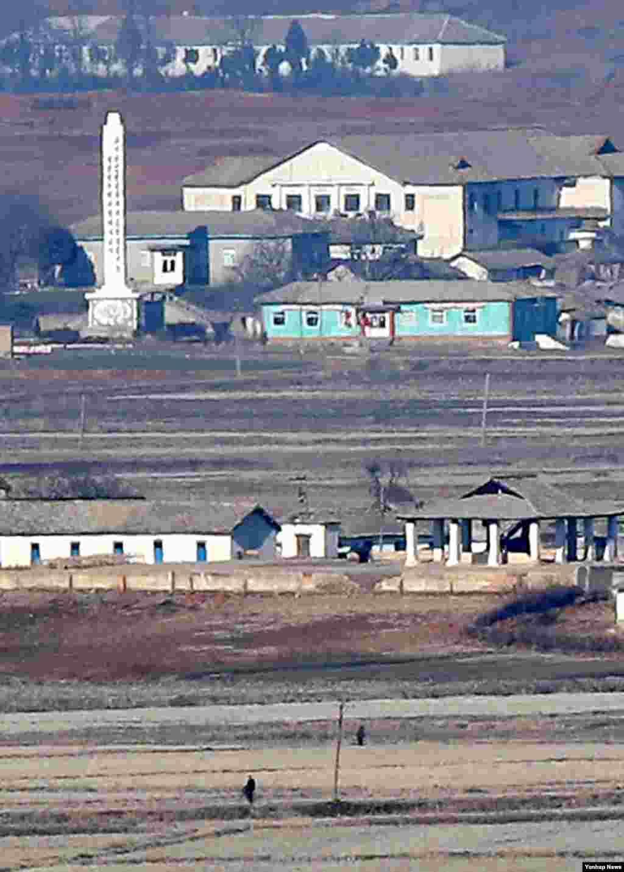 28일 한국의 강화군 평화전망대에서 바라본 북한 개풍군 일대 마을 주민들이 분주하게 어디론가 향하고 있다.