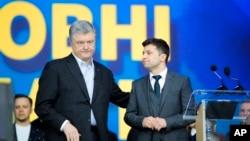 乌克兰总统波罗申科,左,乌克兰总统候选人和受欢迎的喜剧演员泽连斯基参加了2019年4月19日在乌克兰基辅奥林匹克体育场的辩论。