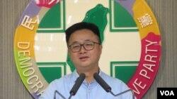 台湾执政党民进党秘书长罗文嘉2019年8月12日在记者会上讲话。 (美国之音张永泰拍摄)