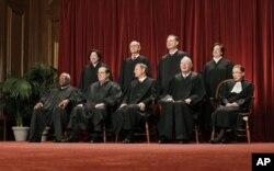 Les neuf membres de la Cour suprême des Etats-Unis (archives)
