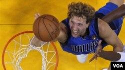 Un doble a 3 segundos del final marcado por el alemán Dirk Nowitzki, le dio la victoria a los Mavericks de Dallas en la segunda final de la NBA, empatando la serie 1 a 1.