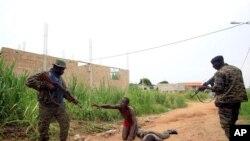 Forças de Gbagbo ameaçando civis num bairro de Abidjan, em April de 2011.