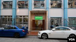 荃湾圣芳济中学正门(美国之音记者郁岗拍摄)