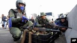 与抗议者站到一边的委内瑞拉军人占据一座高架桥,与效忠马杜罗的军队对峙。(2019年4月30日)