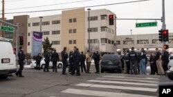 Полицейские у больничного комплекса города Рено. 17 декабря 2013г.