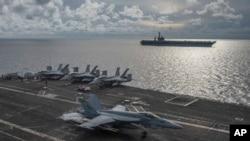 រូបឯកសារ៖ រូបថតដោយយោធាជើងទឹករបស់សហរដ្ឋអាមេរិក បង្ហាញឲ្យឃើញយន្តហោះចម្បាំង F/A-18E Super Hornet ចុះចតនៅលើនាវាចម្បាំង USS Ronald Reagon នៅតំបន់សមុទ្រចិនខាងត្បូង កាលពីថ្ងៃទី ៦ ខែកក្កដា ឆ្នាំ ២០២០។