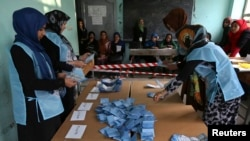 Nhân viên bầu cử kiểm phiếu tại 1 trạm bỏ phiếu ở tỉnh Herat, 5/4/2014