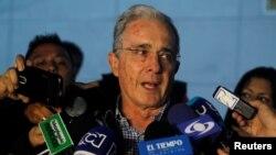 លោក Alvaro Uribe អតីតប្រធានាធិបតីនិយាយទៅកាន់សារព័ត៌មានបន្ទាប់ពីកិច្ចប្រជុំជាមួយប្រធានាធិបតី Juan Manuel Santos អំពីកិច្ចព្រមព្រៀងសន្តិភាពថ្មីមួយជាមួយនឹងក្រុម FARC កាលពីថ្ងៃទី១២ ខែវិច្ឆិកា ឆ្នាំ២០១៦។