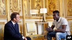 Kahraman Malili göçmen 'Örümcekadam' Mamoudou Gassama, Elysee Sarayı'nda Cumhurbaşkanı Macron'la görüştü