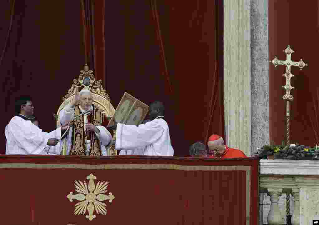 "Pope Benedict delivers his ""Urbi et Orbi"" (to the City and to the World) speech from the central loggia of St. Peter's Basilica, at the Vatican, December 25, 2012."
