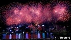 资料照:成千上万的人聚集在香港维多利亚湾观看为中国国庆日施放的烟花。(2016年10月1日)