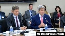 克里国务卿与人权助卿马利诺夫斯基出席第19届美中人权对话 (照片来源:美国国务院)