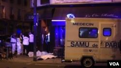 救護人員在巴黎一家餐廳外救治傷者