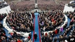 도널드 트럼프 미국 45대 대통령(아래 가운데)이 20일 워싱턴 DC 국회의사당의 취임식장으로 입장하고 있다.