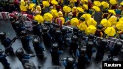 Karakter-karakter mainan Lego memperlihatkan para demonstran pro-demokrasi di Hong Kong berhadapan dengan polisi anti-huru-hara.