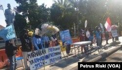 River Warrior aksi di depan Gedung Nagara Grahadi minta pemerintah buat peraturan yang melarang pemakaian plastik sekali pakai. (Foto: VOA/Petrus Riski)