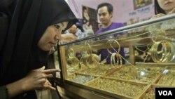 Emas dan perhiasan memberikan kontribusi besar inflasi bulan Agustus 2011 (foto:dok).