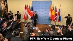 Duta Besar Dian Triansyah Djani menancapkan bendera merah-putih di markas besar PBB.