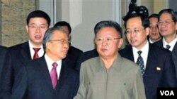 Pemimpin Korea Utara, Kim Jong Il (tengah) bersama pejabat Tiongkok Dai Bingguo (kiri) di Pyongyang (foto: dok.).