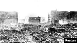 Atomska bomba razorila je Hirošimu 6. avgusta 1945. Tri dana kasnije, SAD su bacile drugu bombu na Nagasaki.