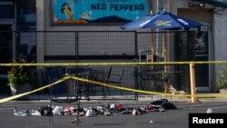 """Cipele poređane ispred bara """"Ned Pepers"""" gde se dogodilo masovno ubistvo, Dejton, Ohajo"""