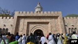 Les pèlerins entrent dans la Grande Mosquée de Touba le jour du Grand Magal des Mourites, le plus grand pèlerinage annuel au Sénégal, le 28 octobre 2018.