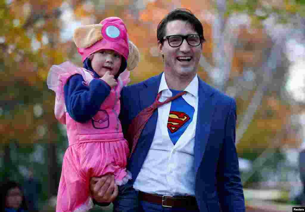 នាយករដ្ឋមន្រ្តីកាណាដា Justin Trudeau និងកូនប្រុសរបស់លោក Hadrien ចូលរួមប្រារព្ធពិធី Halloween នៅក្នុងសាល Rideau Hall រាជធានី Ottawa ប្រទេសកាណាដាកាលពីថ្ងៃទី៣១ តុលា ២០១៧។