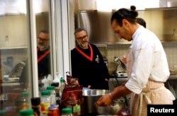 Massimo Bottura berbincang dengan karyawannya di restoran Refettorio Ambrosiano di Milan, 18 Desember 2017.