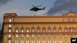 Mi-35 helikopteri Sovet erasına məxsus KQB binasının damından uçur. Lubyansk Meydanı, Moskva.