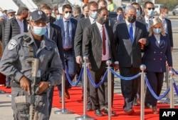 PM Israel Benjamin Netanyahu dan istrinya Sarah tiba di Bandara Internasional Ben Gurion, timur Tel Aviv, untuk menyambut imigran Yahudi Ethiopia yang melakukan Aliyah (Imigrasi ke Israel), 3 Desember 2020. (Foto: JACK GUEZ / AFP)