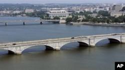 Sungai Potomac yang mengalir di kota Washington, DC (foto: dok). EPA menemukan kenaikan tingkat merkuri dan bakteria pada daerah aliran sungai di seluruh AS.
