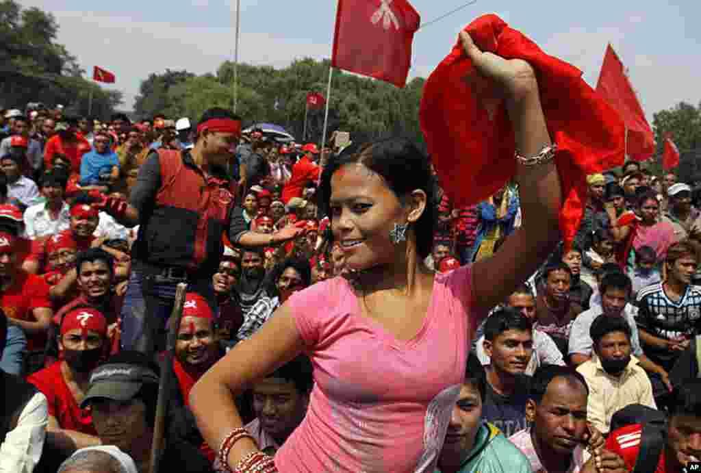 Một nhà hoạt động công đoàn nhảy múa trong một cuộc tập họp được các công đoàn khác nhau có liên hệ đến Đảng Cộng sản Thống nhất của Nepal (Mao-ít) tổ chức để kỷ niệm ngày Lễ Lao động tại Katmandu, Nepal, ngày 1 tháng 5, 2012. (AP)