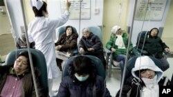 中国病人在北京一家医院接受治疗