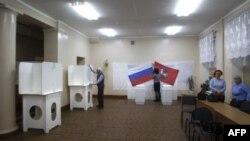 Подготовка к голосованию на избирательном участке в Москве
