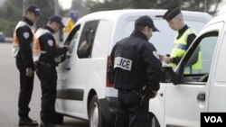 La policía francesa estableció puntos de control en área como La Turbie, en el sureste del país, cerca de la frontera con Italia.
