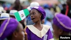 Yan Makaranta rike da tutan Najeriya a Lagos, lokacin bikin cika shekaru 55 da samun yancin Najeriya.