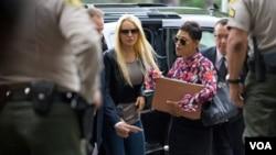 El juez ordenó que Lohan viva en Los Angeles, California.