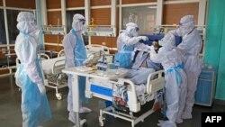 ក្រុមបុគ្គលិកសុខាភិបាលក្នុងសម្លៀកបំពាក់ការពារខ្លួន កំពុងថែទាំអ្នកជំងឺកូវីដ១៩ នៅមន្ទីរពេទ្យ Sharda Hospital នៅទីក្រុង Greater Noida រដ្ឋ Uttar Pradesh ប្រទេសឥណ្ឌា កាលពីថ្ងៃទី១៥ កក្កដា ២០២០។