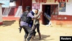 Photo d'archives : Des policiers face à un manifestant lors d'affrontements à Lubumbashi, en République démocratique du Congo, le 10 novembre 2015.