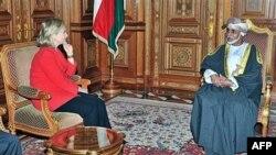 Quốc vương Oman (phải) đã trao quyền lập pháp cho các hội đồng trước đây chỉ nắm vai trò cố vấn mà thôi.