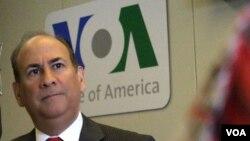 El embajador Roger Noriega dijo que Venezuela está sufriendo los golpes de la política económica que está destruyendo al país.