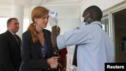 美国驻联合国大使鲍尔10月26日在联合国应对埃博拉机构驻几内亚总部净手并测量体温。